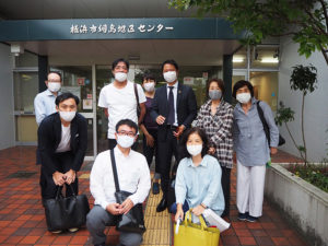 綱島の板垣さんと吉原さんを囲んだHIYOSHI Green Actionの皆さん(後列左から2人目が大嶋代表)。「コロナ禍」でガーデニングが見直される風潮から、活動には追い風という側面も