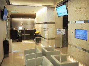 新たにアクリル板のパーテーションやモニター画面も1台設置(右上)したハート内科クリニックGeN横浜綱島
