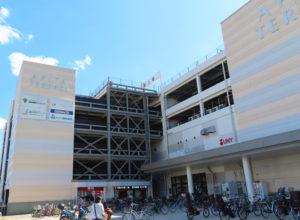 約900台収容の無料駐車場も備えるアピタテラス横浜綱島に「ハート内科クリニックGeN横浜綱島」はある