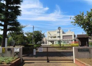 綱島小の校舎にも「祝・70周年」の横断幕が9月中旬に設置された。式典の開催も10月下旬に決定。記念誌の発行も予定されている(9月30日)