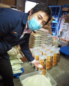 今月(2020年)10月から社長を継いだ5代目の飯山洋平さんは日吉生まれ・育ち。「三ツ星お米マイスター」にも認定、公式サイトのリニューアルやツイッターの立ち上げ・更新も自ら行っている(同社の精米工場にて)