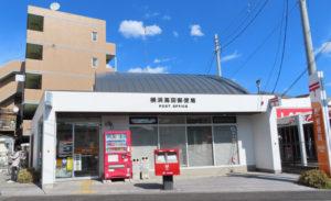 詐欺ストップの舞台となったバス通り「子母口綱島線」沿いにある横浜高田郵便局(2020年2月撮影)