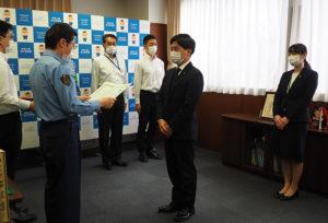 新島さん、浦葉さんの功績にを称え、太刀野署長から感謝状が贈呈された
