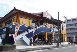 高田駅前バスロータリーからすぐ、子母口綱島線沿いにある「はま寿司港北高田店」はオープン後、1時間もたたずに満席となり、店外まで並ぶ人々の姿が見られた。1階からはエレベーターも設置されている(10月16日12時頃)