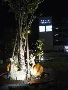 昨年よりも10日ほど早いきょう10月23日(金)からイルミネーションを点灯することになった(10月22日19時30分頃)