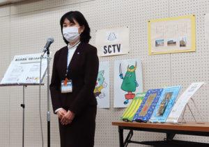 港北区内26校の小学校を代表し、新吉田第二小学校に「おすすめ本などの紹介メッセージボード」が栗田区長から進呈された(10月20日)