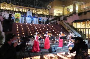 フェリスカルテット(QUARTET)による弦楽四重奏が流れる中、点灯前のキャンドルセレモニーが行われていた