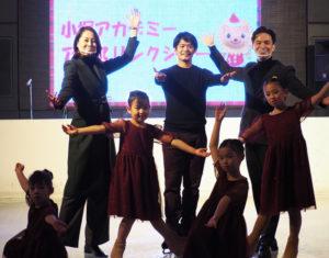 「小塚アカデミーアイスリンクショー」で、点灯式のラストを締めくくった。司会進行を務めたMCのケリー隆介さん(後列右)、元女子バスケットボール日本代表の中川聴乃さん(同左)と