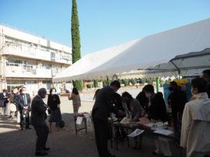 来賓だけで約100人が来場。受付もソーシャル・ディスタンスの確保など慎重に行われていた。
