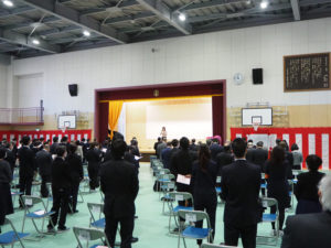 最後に綱島小学校の校歌を「なかよくつよく糸杉も」と唱和。ピアノ伴奏は実行委員会副会長の榊原真純さんが担当した