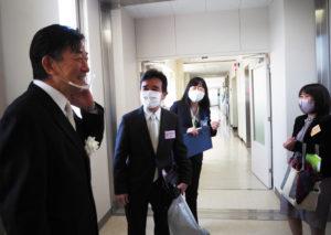 伊藤真前校長も来場し、式典終了後の実行委員メンバーを労(ねぎら)っていた