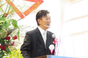 これまで学校の運営に対し功績があった故・岩崎泰治さん、故・程木邦海(くにみ)さん、そして実父で50周年式典時に実行委員会会長だった故・猿渡茂さんへの感謝の言葉を述べた