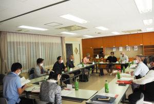 原則月1回の高田町連合町内会の会合で、横浜市や港北区、各自治会・町内会などからの情報を共有している。港北区からも地域担当者が毎回出席している(高田地域ケアプラザにて)