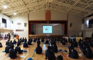 高田中学校の体育館で行われた「カップ麺」デザイン・コンセプトのプレゼン発表授業(11月6日)