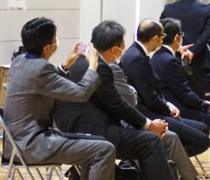 横浜市会の鈴木太郎議員、横浜市教育委員会北部学校教育事務所の担当者も来訪していた(11月6日)