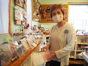 マスクやエコバックといった実用的なハンドメイド作品も多く出店予定になっているという(綱島・M工房店舗にて)