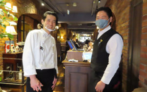 ロケ隊を出迎えた、日吉の人気イタリア料理店「アクイロット」シェフの工藤堅太朗(けんたろう)さんとソムリエの長谷川浩正さん