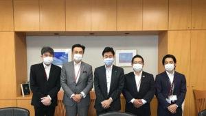 6月29日には西村経済再生担当大臣(中央)へのあいさつと陳情も行った(右から2番目が池田さん、日本ライブレストラン協会のサイトより)