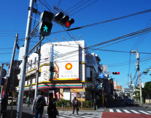 左側230メートルほど先に「綱島小学校」がある。五差路ともいえるもう1本の道路が左手すぐの場所に走っている