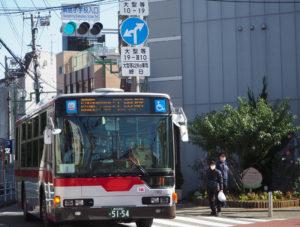 綱島を「桃の里」とアピールするピーチ花壇も、頻繁にバスが四方通過する「綱島小学校入口」交差点を見守っている