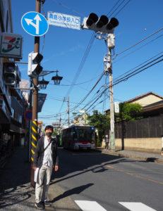 70周年式典後の打ち合わせにと偶然通りかかった猿渡さんも、「綱島小学校入口」と掲げられた真新しい標識を感慨深げに見入っていた(11月5日)