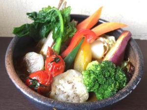 """「一物全体」の理念から、野菜は皮やたね、芯なども全て使用。味わい深く""""懐かしさ""""感じるスープカレーに仕上げている(発酵スープカレーミコヤ.提供)"""