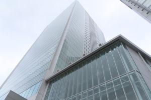 中区にある横浜市役所。区別感染者数の集計を前日(11月26日=木曜日)発表分までとした