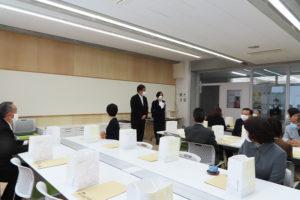 来賓を井上強校長、田名部和美副校長が出迎えていた