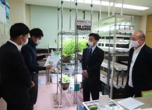 城南信金・綱島支店の広瀬副支店長(右から2人目)と工藤さん(最左)が有機水耕栽培の現場を視察した