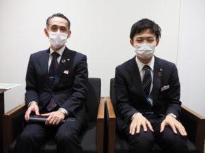 昨年(2020年)6月に新たに着任した徳永支店長(左)は、工藤さんら若き営業担当を激励している
