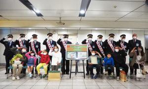 「第1回日吉アートコンテスト」の横浜市営地下鉄日吉駅に、横浜市営地下鉄の駅長が集結!表彰式を盛り上げた