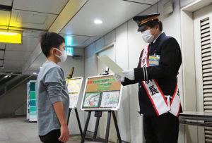 日吉管区の西郷睦駅長から各受賞者へ賞状と賞品が手渡された