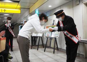 いつもの日吉駅構内の「通り道」が、表彰式の場に。受賞者にはたくさんの拍手が送られていた