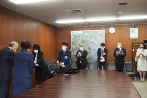 平井さん、林さんにたくさんの拍手が送られていた。最右は港北区こども家庭支援課の廣瀬課長