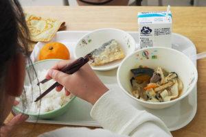 横浜市立箕輪小学校(箕輪町2)の学校給食で、初めて地元「箕輪米」の新米を炊き上げたごはんが提供された