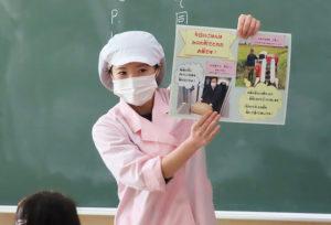 各教室で子どもたちに直接「箕輪米」ストーリーについて知らせる浅見さん