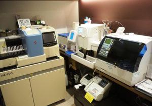 糖尿病の診断・治療指標として最も重要な検査の一つ「ヘモグロビンA1c」測定器を高性能機(アークレイ アダムスA1c)へとアップグレード入れ替えも