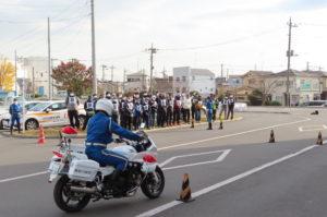 日吉自動車学校で行われたウーバーイーツ(UberEATS)主催、神奈川県警と港北署により行われた「二輪車講習」の一コマ。横浜市と川崎市エリアの配達員が多いことから、休校日だった日吉自動車学校で開催することになったという