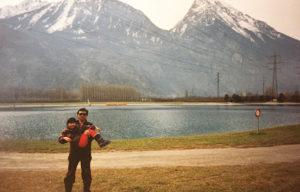 活発に育ったという飯塚さん。父親は当時の自分の個性を尊重してくれたという(1994年2月の小学生時代、飯塚知世さん提供)