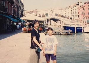ヨーヨーと出会うことになった運命の「ベネチア旅行」で、母親と(飯塚知世さん提供)
