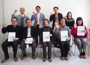 「日吉西地区緑化計画~あつまれ日吉の森プロジェクト」実行委員会となる団体「日吉グリーンアクション」のみなさん。日吉地区連合町内会の小島清会長(前列左から2人目)は監査に就任した
