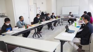 日吉地区センターの山本一乃副館長(最左)も加わり、初の会合が行われた