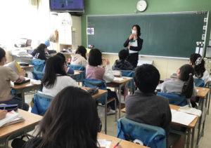 代表の橋本が、社会科・原田先生、担任の五十棲(いそずみ)先生のナビゲートの下、5年生2クラス(約60人)の児童のみなさんにお話をさせていただきました(横浜市立高田東小学校提供)