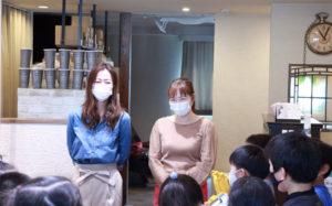 「美容室ACT店長」の川村さん(左)、創業時から同店で勤務するスタイリストの高瀬さんを子どもたちが激励