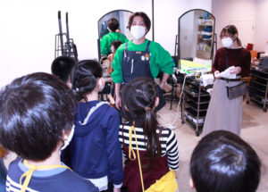 若い年代層向けの美容室「ACT ZIP」では、店長の平安座さんとスタイリストの渡邉さんが子どもたちの質問に答えていた
