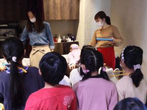 初めてのシャンプー台に取材を忘れて体験する子どもたち(美容室ACT)
