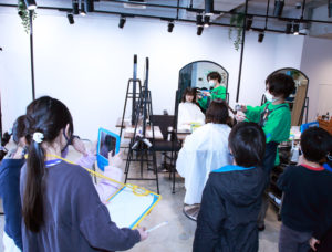 撮影で訪れていたモデルのとのへアカットの実践も(ACT ZIP)