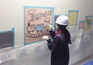 箕輪町に新たに生まれる「地下道」へのイラスト描きに日吉台中学校美術部の1、2年生が挑戦した(港北区提供)