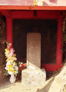 日吉山王権現には花が添えられていた(2020年12月、林宏美さん撮影)
