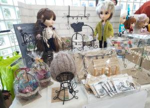 ドールの世界で人気が高い「プーリップ」人形を取り扱うグルーヴ社(東京都文京区)主催のイベント「ドールカーニバル」にも参加(2019年12月、小泉美菜さん提供)